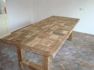 Questo tavolo è fatto con centinaia di pezzi di quercia recuperati ...