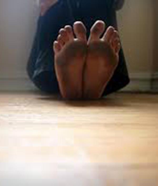 I piedi nudi sul legno